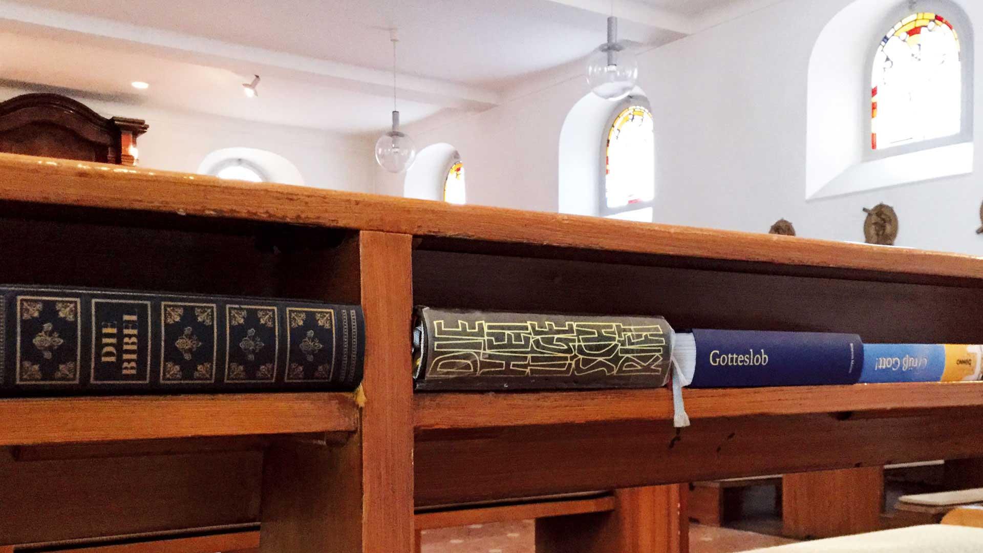 Seniorenzentrum-Bruder-Konrad-Stift-Hauskapelle-St-Anselmus-Bibel-Gotteslob
