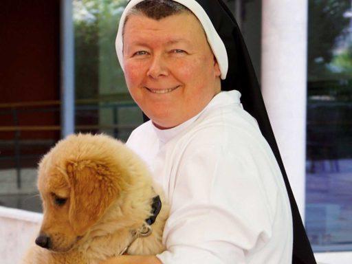 Seniorenzentrum-Bruder-Konrad-Stift-Schwester-mit-Hund-Henry-11