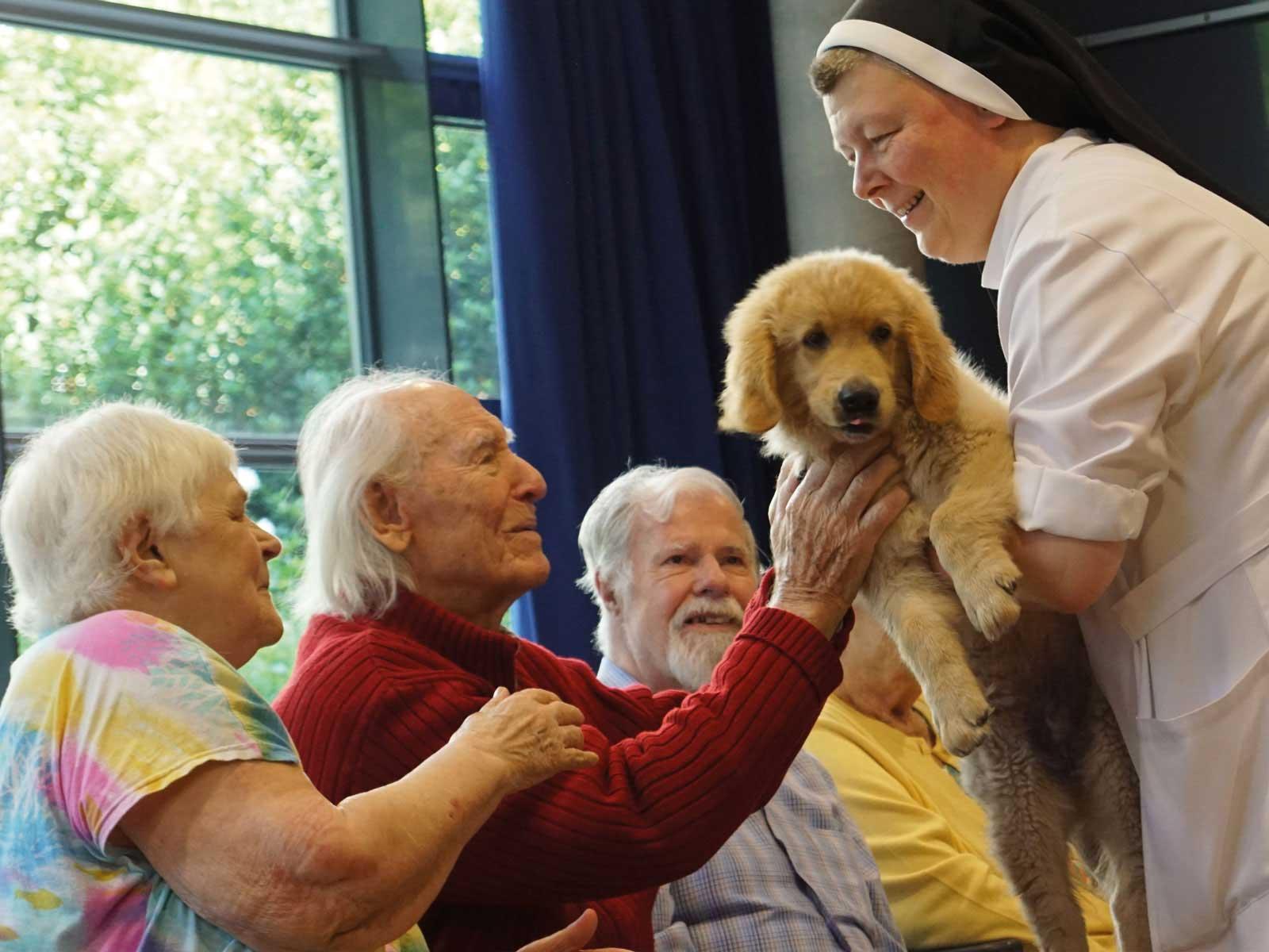 Seniorenzentrum-Bruder-Konrad-Stift-Schwester-mit-Hund-Henry-12