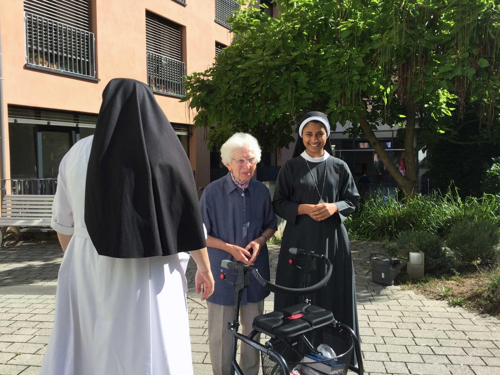 Seniorenzentrum-Bruder-Konrad-Stift-Schwestern-mit-Senioren-1