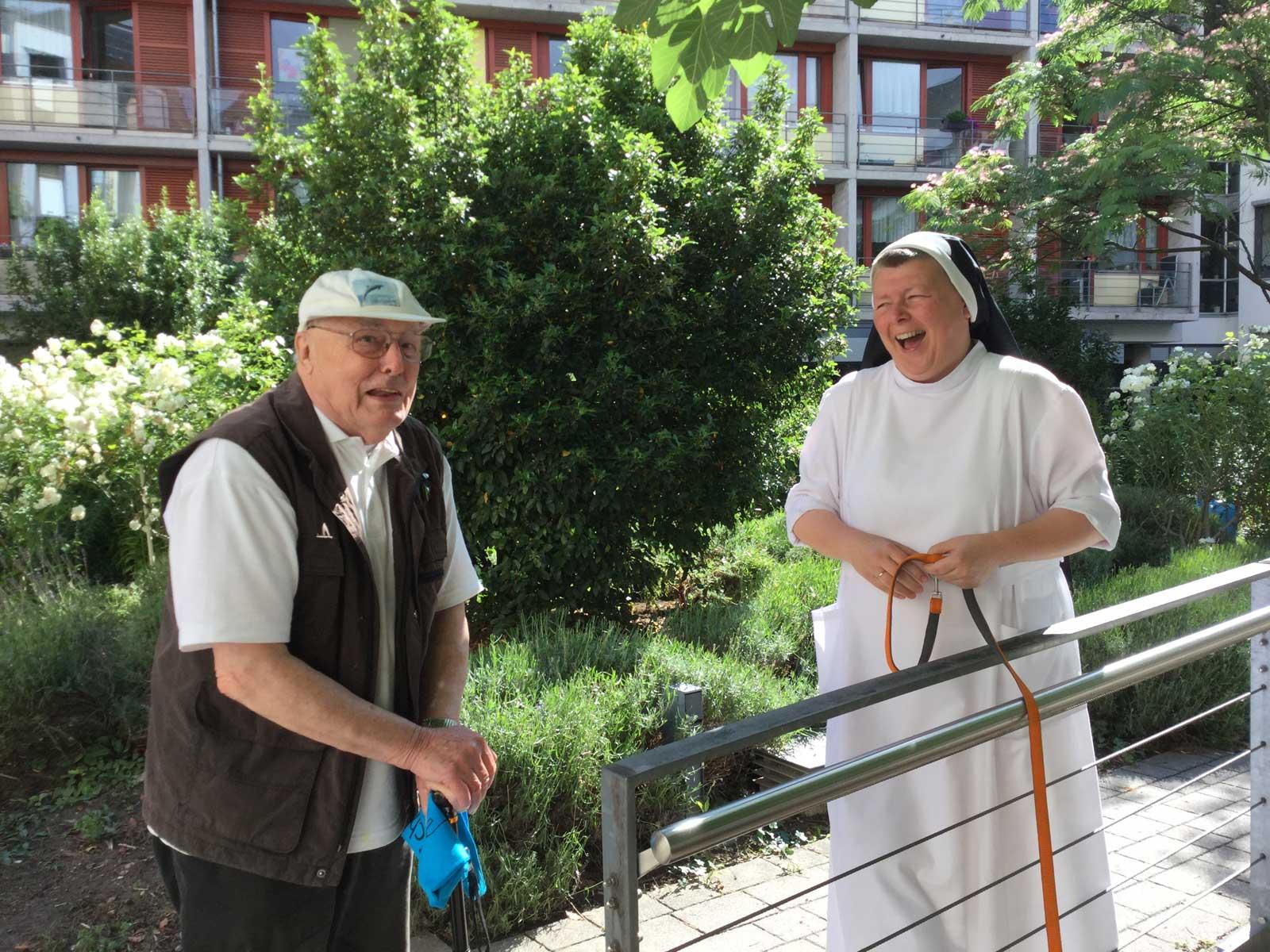 Seniorenzentrum-Bruder-Konrad-Stift-Schwestern-mit-Senioren-2