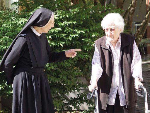 Seniorenzentrum-Bruder-Konrad-Stift-Schwestern-mit-Senioren-3