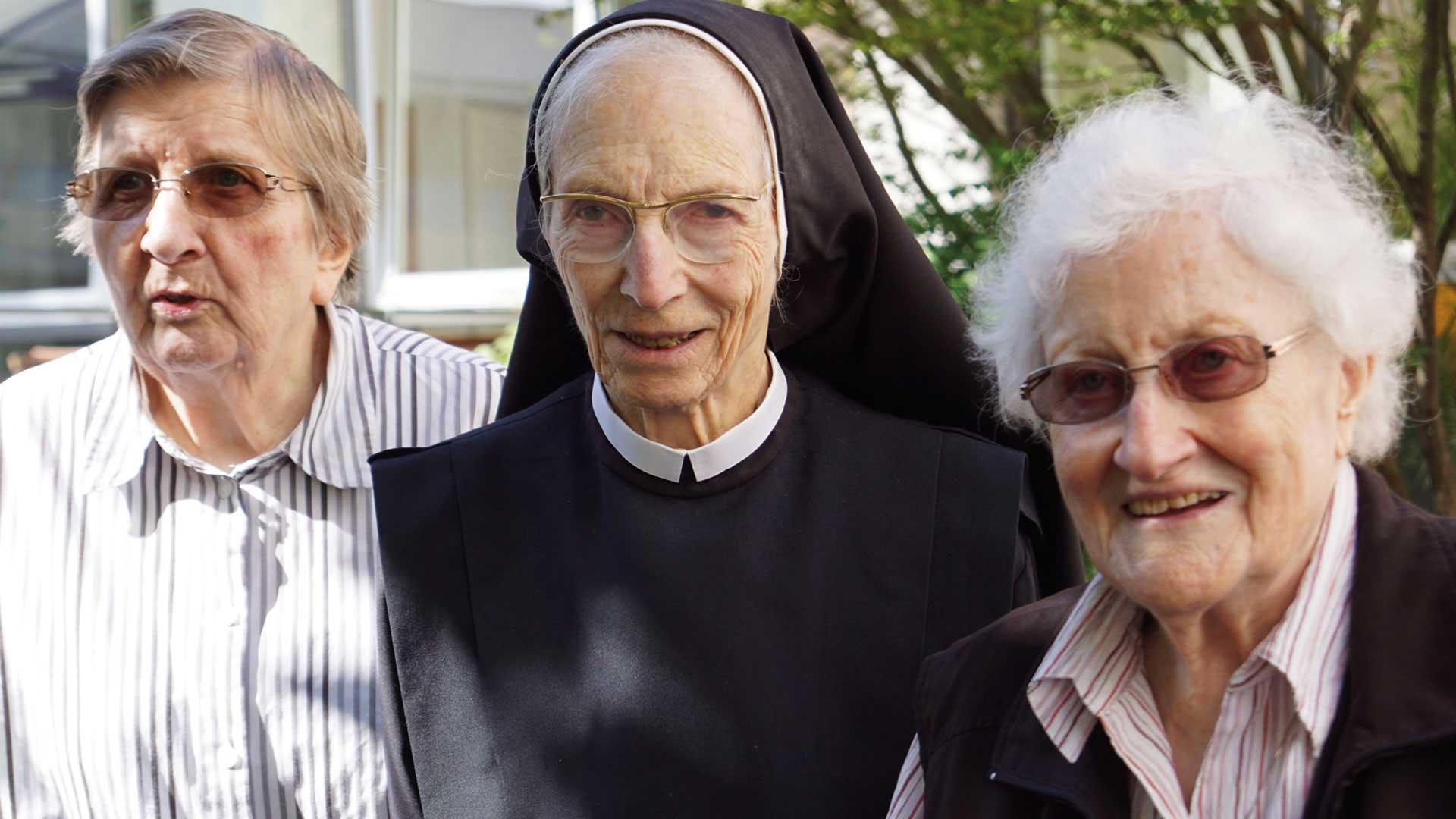 Seniorenzentrum-Bruder-Konrad-Stift-Schwestern-mit-Senioren-4