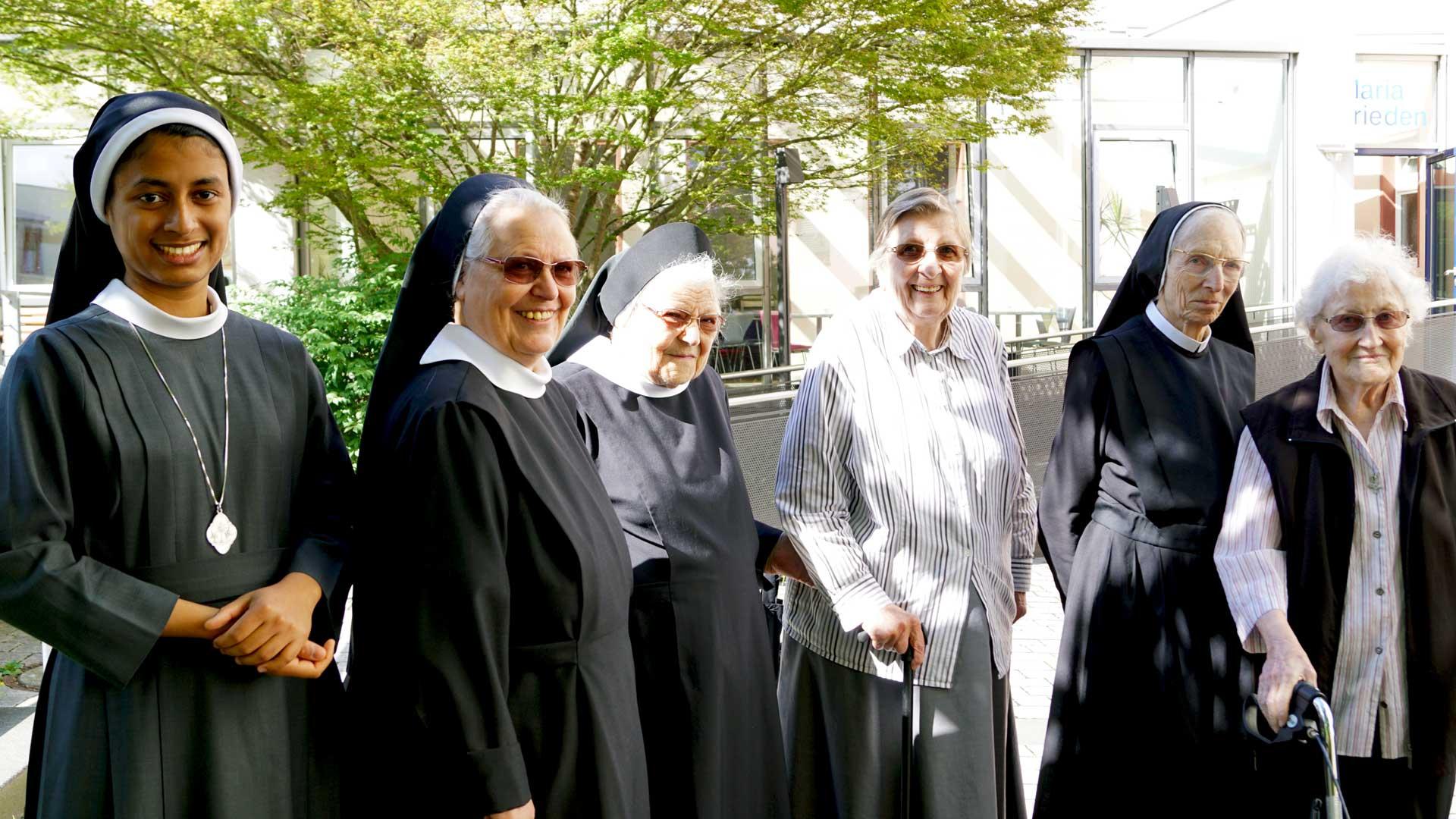 Seniorenzentrum-Bruder-Konrad-Stift-Schwestern-mit-Senioren